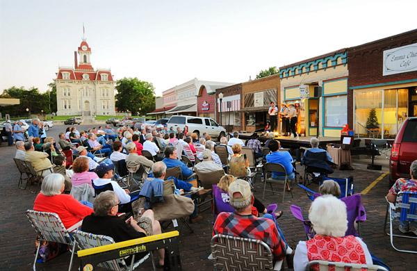 Cottonwood Falls street concert